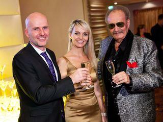 "Casino Linz-Direktor Martin Hainberger, Moderatorin Conny Dürnberger und Ty Tender – ""The Voice"" (v. l.)."