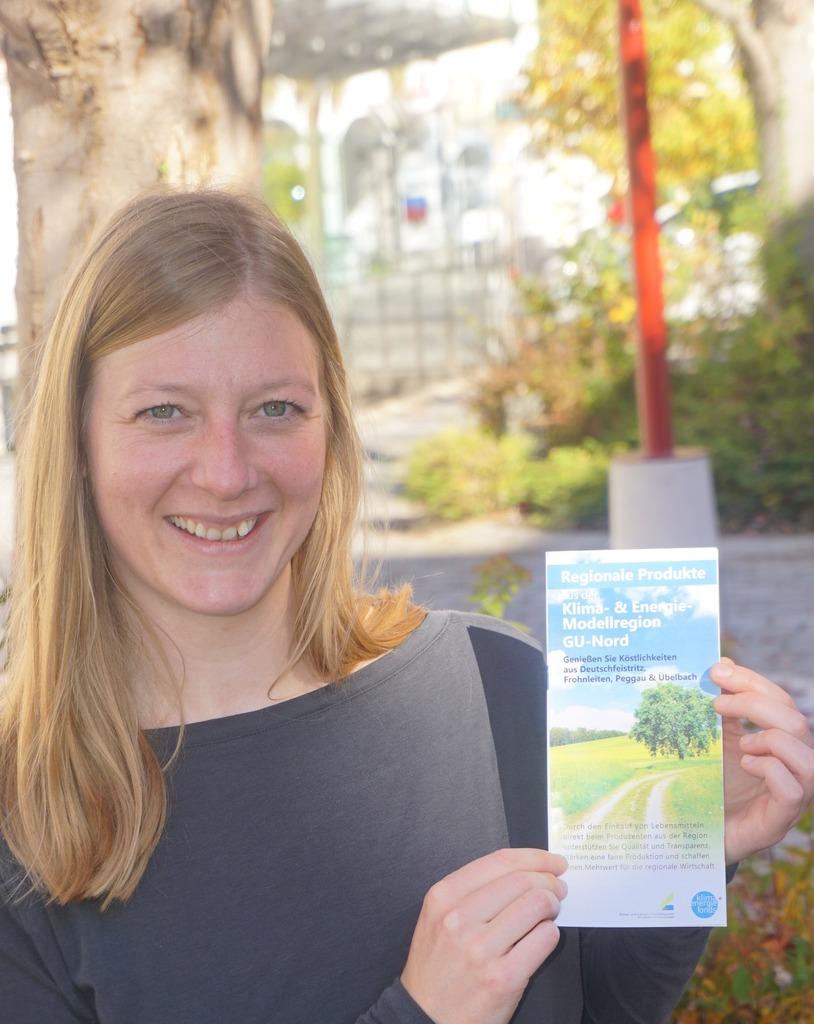 Maria Hecher präsentiert die neue Broschüre.