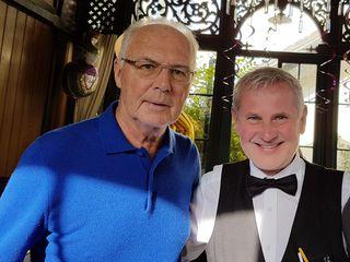 """Wenn Familie Beckenbauer feiert, darf der Münzkirchner Verblüffungskünstler Gerry Scharnböck nicht fehlen. Schon bei """"des Kaisers"""" Hochzeit trumpfte Gerry mit seinen Tricks auf. Und nun sorgte der Münzkirchner beim Geburtstag von Franz Beckenbauers Tochter Francesca in Salzburg für einen zauberhaften Abend."""