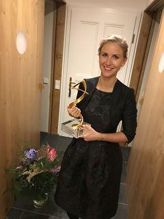 """Stefanie Essl mit ihrer Auszeichnung zur """"Österreicherin des Jahres 2017""""."""