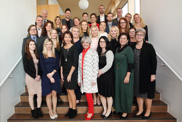 Die 17 Absolventen mit Ehrengästen.