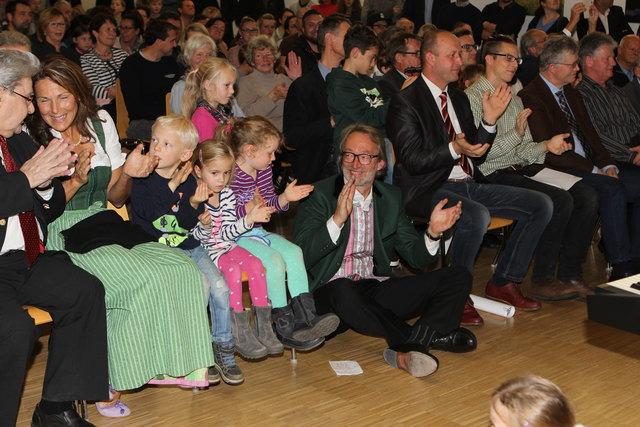 Mittendrin statt nur dabei: Harts Ortschef Jakob Frey und die rund 300 Gäste zeigten sich sichtlich erfreut mit dem Eröffnungsprogramm.