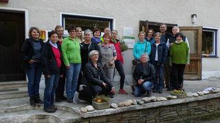 """14 waldinteressierte Damen nahmen an der Waldführung unter dem Motto """"Vielfalt und Stabilität im Wald"""" in Großpesendorf teil."""