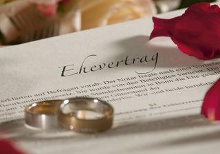Eheleute verzichten oft auf einen Ehevertrag, der mit einer Gebühr von zwei Prozent des Vereinbarungwerts belegt ist. Dabei würde ein Vertrag Rechtssicherheit bringen und Gerichte entlasten.