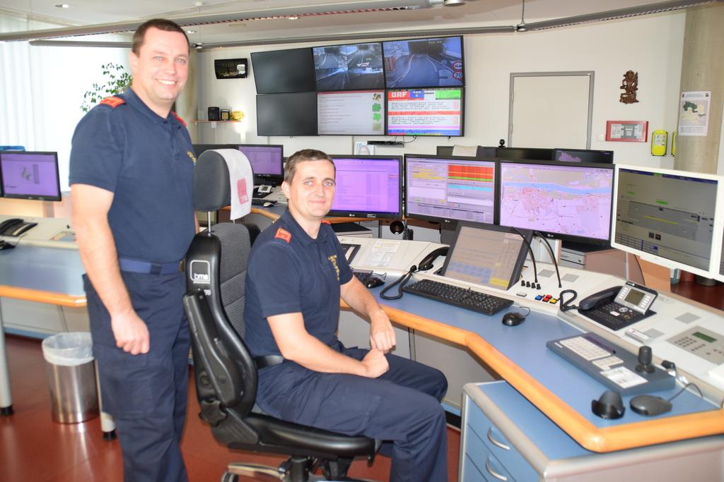 Bernd Wesely und Christian Bartl: das Duo aus Waidhofen koordiniert beim Besuch der Bezirksblätter die Einsätze der Feuerwehr.
