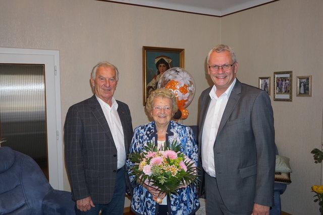Hermine Köller feierte dieser Tage ihren 90. Geburtstag. Bürgermeister Thomas Steiner und Stadtrat Hans Skarits gratulierten der Jubilarin im Namen der burgenländischen Landeshauptstadt.