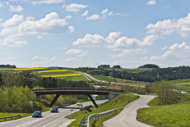 """Straßenbau als Brücke in die Zukunft: Wie hier die B37 """"Kremser Straße"""" bei Moritzreith in der Gemeinde Gföhl im Waldviertel."""
