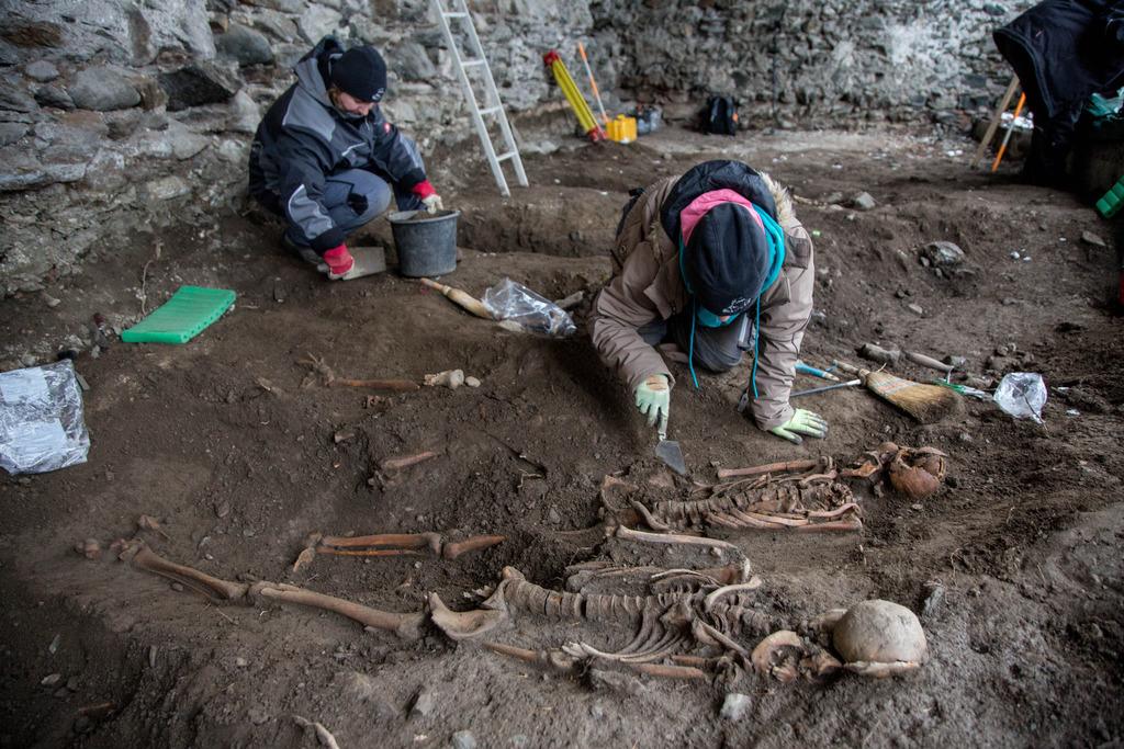 Bei Grabungsarbeiten im Bereich der ehemaligen Stallungen auf Burg Heinfels sind Archäologen auf ein Gräberfeld gestoßen.