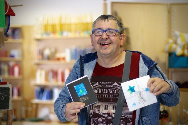 Die Klienten der Lebenshilfe fertigen einzigartige Glückwunschkarten.