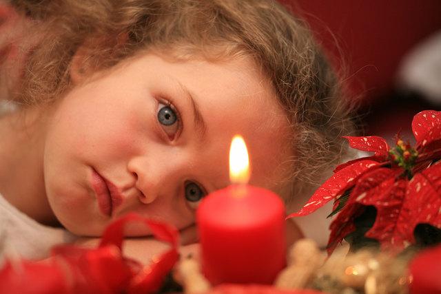 Adventskränze üben auf Kinder eine Faszination aus.