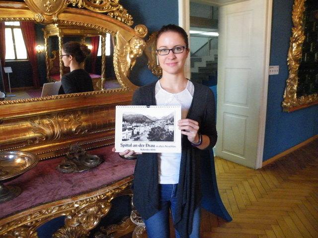 Jasmin Granig vom Stadtarchiv mit dem neuen Kalender für 2018