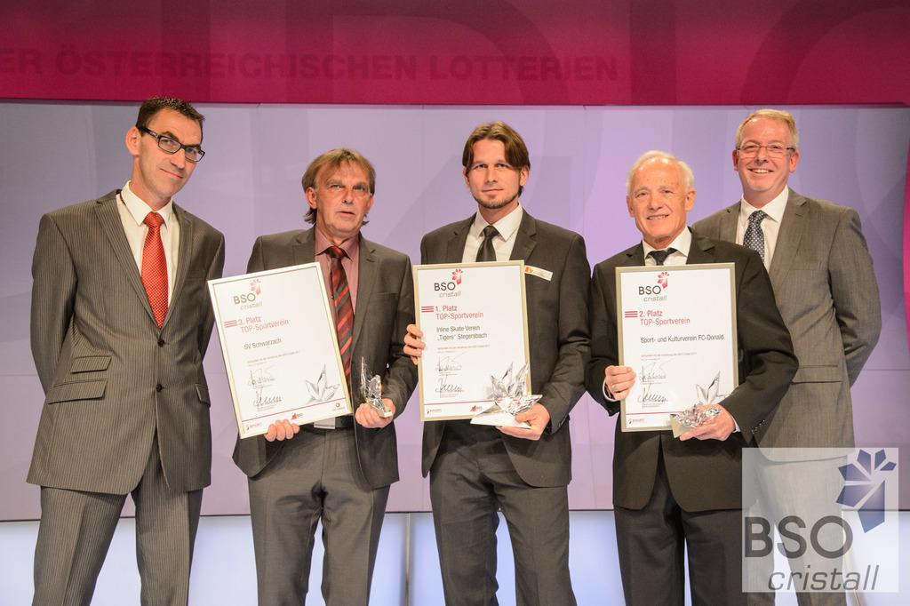 SV Schwarzach-Obmann Gerhard Hölzl (2.v.l.) durfte die Auszeichnung für den 3. Platz bei der BSO Crstiall Gala entgegennehmen.