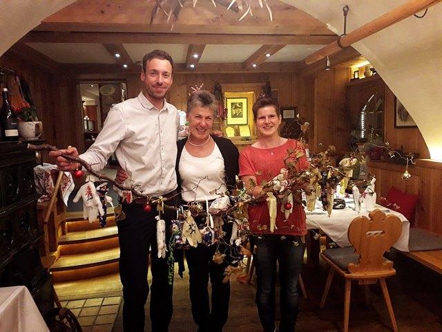 Bereichsleiter Stefan Sifkovic und Einsatzleiterin Renate Moser verabschieden sich von Silvia Riedler (Mitte) mit einem liebevoll gestaltetem Geschenk.
