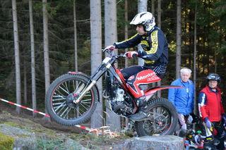 Motorrad-Trial-Akrobat Kirchgatterer in Aktion.