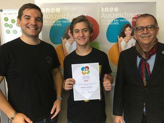 Ludwig Greiner, Prozesstechniker im 2. Lehrjahr, freute sich mit den Geschäftsführern Jürgen (l.) und Hans-Peter Pomberger über die Auszeichnung.