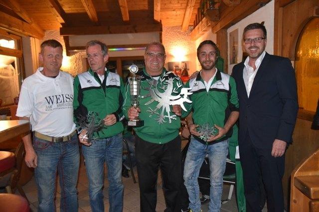 Peter Mayr (Mi.) holte sich vor Harald Volgger und Gerhard Haider den Vereinsmeistertitel. Obmann Markus Nagl und Bgm. Christian Abenthung gratulierten.