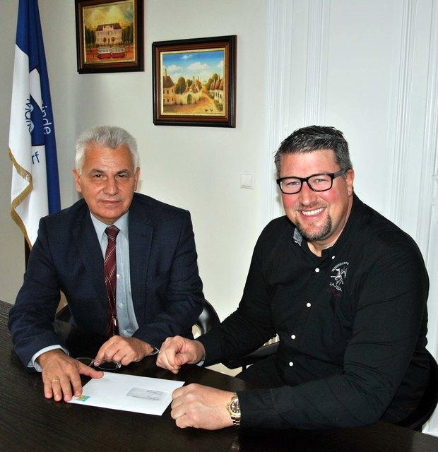 Vizebürgermeister Oliver Reith überreicht Bürgermeister Johann Zeiner sein Rücktrittsgesuch.