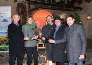 Ein Prosit mit dem Seelentröpferl: Erich Giese, Martina Diesner-Wais, Stephan Paryla-Raky, Hubert Trauner und ein junger 'Hiata'.