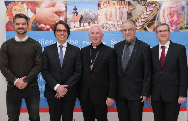 Beim Medienforum am Mittwochabend: Erzbischof Franz Lackner mit Rektor Balthasar Sieberer und dem Forscherteam der Universität Salzburg: Mihael Djukic (l.), Mark Eisenegger (2.v.l.) und Jörg Schneider (r.).
