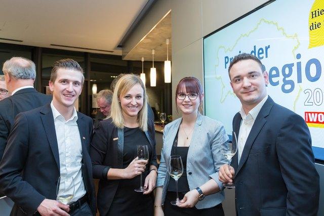 Stolzer Preisträger: Markus Groß (re.) vom s'Fachl in Begleitung (2.v.l) mit Philip Fürstaller (l.), Verkaufsleiter WOCHE Graz und Verena Schaupp (2.v.l.), Redaktionsleiterin WOCHE Graz