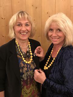 """Amtsübergabe: Helga Woschank (links) übernimmt die """"Präsidentinnen-Nadel"""" von Elisabeth Binter"""