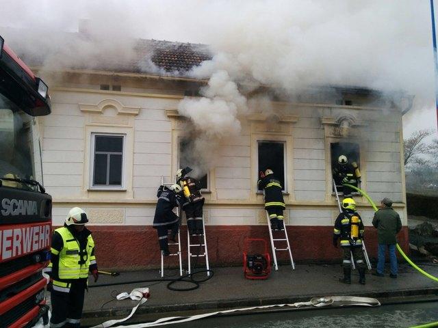 Bei dem Feuer im Ortsteil Steinbach starb eine 95-jährige Frau, drei weitere wurden verletzt.