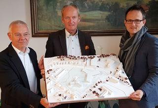 Jury-Vorsitzender Klaus Leitner, Bürgermeister Herbert Brunsteiner und Wettbewerbssieger Martin Urmann (v.l.).