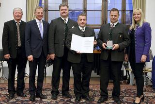 """Verleihung der """"Prof. Franz Kinzl-Medaille""""durch Landeshauptmann Thomas Stelzer an den Musikverein Neukirchen bei Altmünster"""