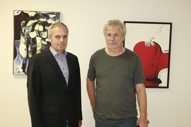 Der stellvetretende Kaufmännische Direktor Anton Schragl besichtigt die Ausstellung des Künstlers Josef Mayer aus Kirnberg.