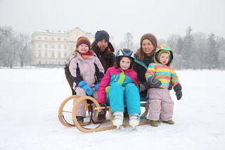 Im Vorjahr bot der Leopoldskroner Weiher in der Stadt Salzburg mit seiner dicken Eisdecke Spaß für die ganze Familie: Jolanda, Robert, Emilia, Anna und Frieda.