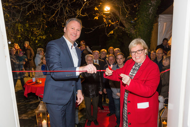 Ilse Wunderlich-Polzer und Bürgermeister Christoph Prinz: Ein kleines, aber feines Museum ist in der Apotheke eröffnet worden, das die Geschichte des Hauses an Fotos und historischen Geräten und Medikamenten sehr anschaulich darstellt und gegen Voranmeldung besucht werden kann.