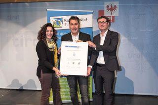 Im Rahmen des Tiroler Gemeindeforums wurde Prägraten mit Bürgermeister Anton Steiner von LHStv. Ingrid Felipe und Klimabündnis-Geschäftsführer Andrä Stigger (r.) im Bodenbündnis willkommen geheißen.