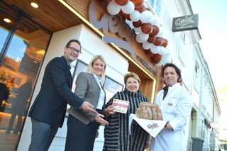 Stadtrat Andreas Minnich und Vizebürgermeisterin Helene Fuchs-Moser gratulierten Erika und Gerald Geier zur Eröffnung der Schaubackstube.