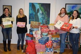 Freuen sich über die vielen Pakete: Waltraud Fischer, Claudia Assl, Elisabeth Höfer und Eva Heinrich.