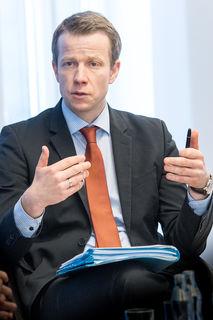 Paul Eiselsberg hält einen Vortrag in der WKO Vöcklabruck.