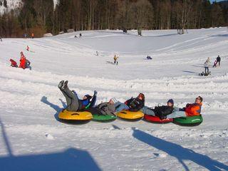 Snowtubing ist ein Outdoor-Spaß, bei dem die Sicherheit nicht zu kurz kommen darf.