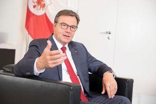 """LH Günther Platter: """"Ich freue mich, dass diese Verhandlungen schnell und effektiv in einer sozialpartnerschaftlichen Atmosphäre abgeschlossen worden sind."""""""