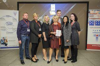 Ein Teil des Team von Wesenufer Hotel & Seminarkultur an der Donau mit Hotelleiterin Margarete Durstberger (3.v.r) bei der Preisverleihung in Wien.
