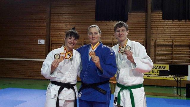 Karin Zupanek, Stefanie Kropf, Marcel Zalec zeigen ihre Erfolge her.