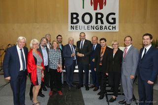Viele Ehrengäste durfte Dir. Mag. Johannes Hiller am 10.11 zur 10 Jahresfeier im Borg Neulengbach begrüßen. Bürgermeister Franz Wohlmuth überreichte im eine Jubiläums-Glastrophähe mit dem Logo des Gymnasiums.