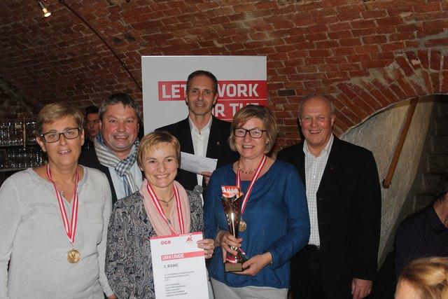 Die Siegerinnen der Damenmannschaft LKH-Schärding mit Wolfgang Schwarz (Mitte), Walter Doppler (r.) und Karl Walch.