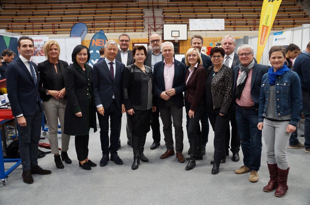 Die Organisatioren der Bildungsmesse mit Ehrengästen aus Wirtschaft und Bildung.
