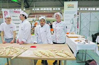 Bäckermeisterin Valentina Schachinger (rechts) mit Mohammad Houssain Atai, der in ihrem elterlichen Betrieb eine Bäckerlehre macht.