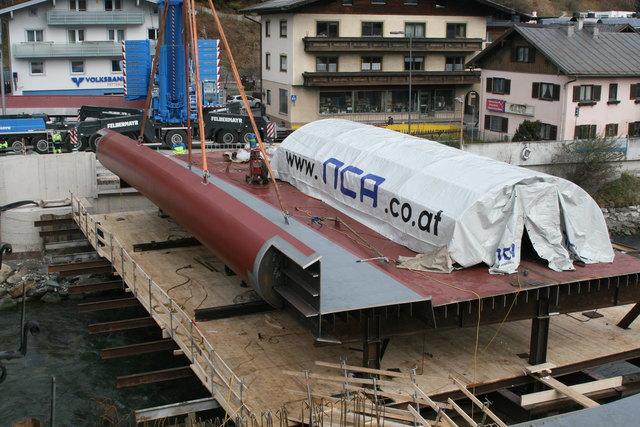 Am Bau der einzigartigen, hochwassersicheren Hubbrücke über die Salzach in Mittersill wird fleißig gearbeitet. Gegenwärtig (17.11.2017) wird das Stahltragwerk angeliefert und eingebaut.  Die für den ganzen Oberpinzgau wichtige Brücke soll ab 22.12.2017 befahrbar sein.