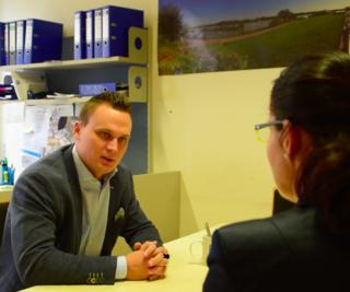 FP-Bezirksparteiobmann Andreas Bors im Interview mit Bezirksblatt-Redakteurin Karin Zeiler.