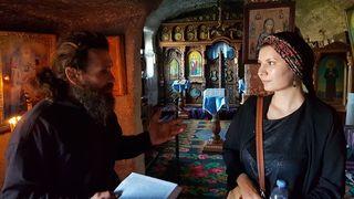 Ana Filimon mit Mönch Vasile im Gespräch. Felsenkloster Orhei Vechi.