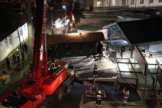 Spektakülär war die Positionierung von Lok und Waggon: Die Feuerwehr stellte ihren Kran zur Verfügung.