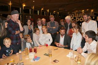 Die Gäste konnten Zauberkünstler Christoph Kulmer an den Tischen hautnah erleben