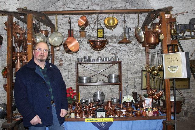 Rudolf Effenberger bei seinen Pfannen