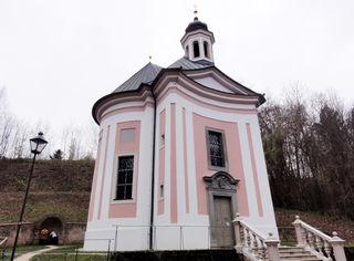 Links von der Kirche befinde sich die Grotte mit der Quelle.